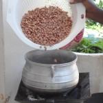 2. Jordnötter till en gryta med salt vatten